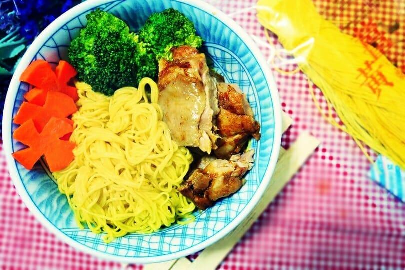 薑黃麵線料理食譜-紅椒香檸雞腿佐薑黃麵 - 1